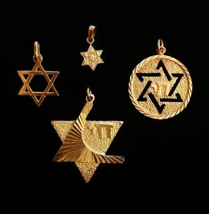 Lot de quatre pendentifs étoiles de David...