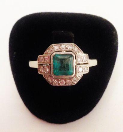 Bague émeraude (0,90 carat) pavée de diamants...