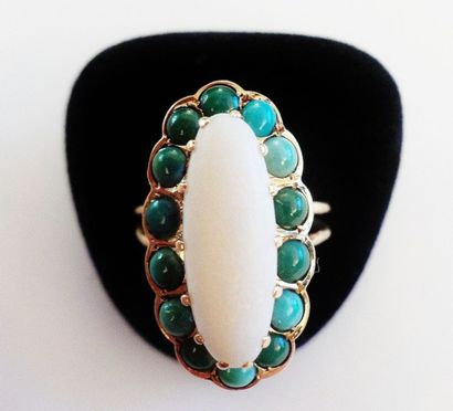 Bague de forme ovale, sertie de turquoises,...