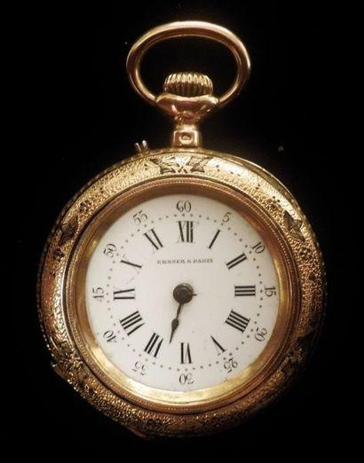 Petite montre de col en or jaune 18 K (750°/°°), incisée de motifs émaillés noirs....