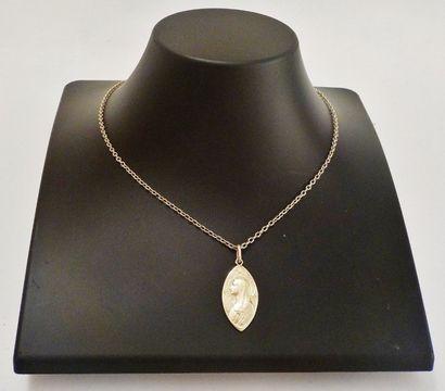 Chaîne et sa médaille ogivale au profil de la Vierge en or jaune 18 K (750 °/°°)....