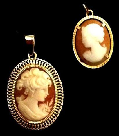 Deux pendentifs médaillons ornés de deux...