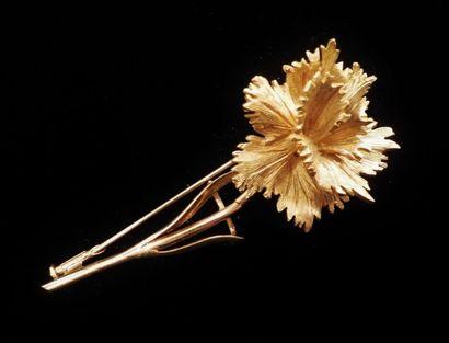 Broche en or jaune (750°/°°) figurant un œillet naturaliste.  Circa 1950  Poids...