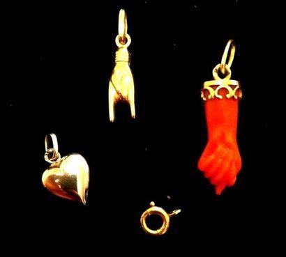 Lot composé de pendentifs : un cœur, une...