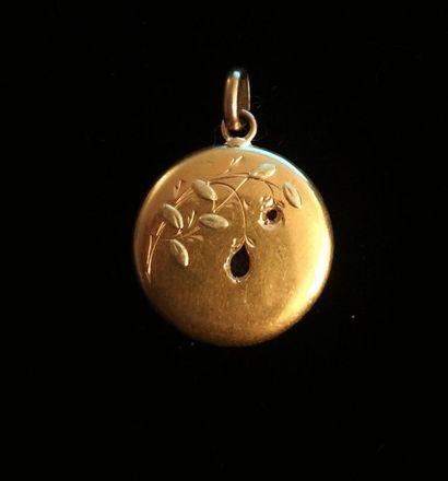 Petit pendentif rond en or jaune 18 K (750°/°°)...