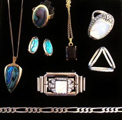 Lot de bijoux fantaisie comprenant :  - une...