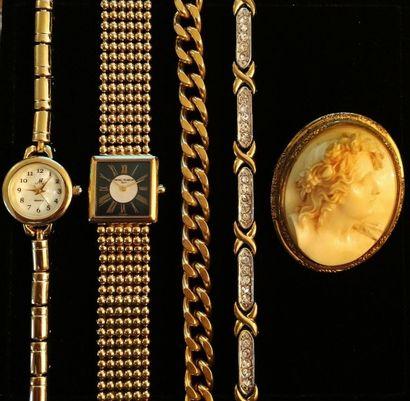 Lot en métal doré comprenant :  - une montre...