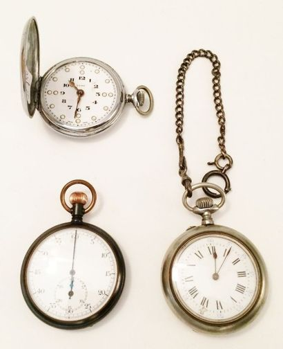 Lot de deux montres oignon et un chronomètre...