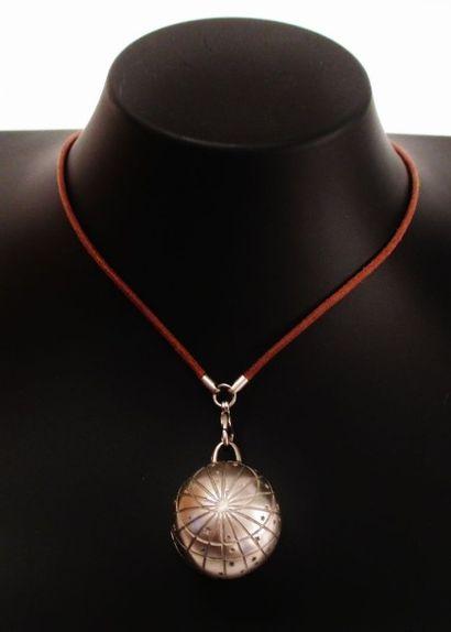 HERMES  Pendentif globe en métal gravé de...