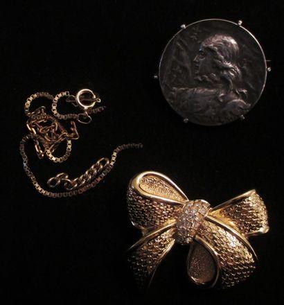 DIOR  Broche oeuf fantaisie en métal doré...