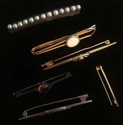 Lot de six broches en métal : une ornée d'une...