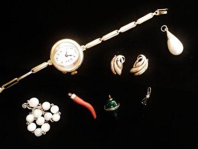 Lot de bijoux fantaisie comprenant :  une montre en plaqué or, une fausse perle...