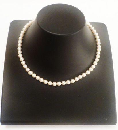 Collier de perles fantaisie. Fermoir en métal orné d'une perle.
