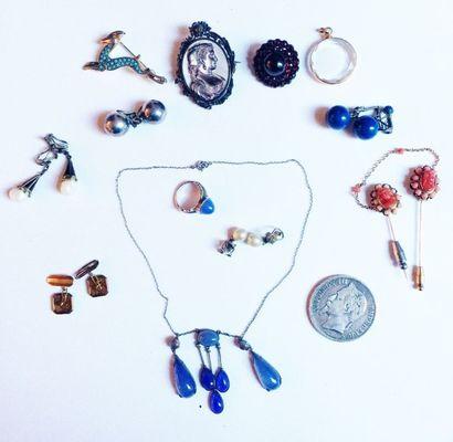 Lot de bijoux fantaisie comprenant : une pièce de 5 francs 1870, trois broches (pierres...