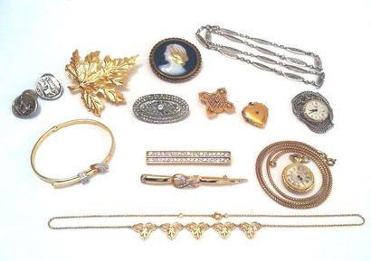 Lot de bijoux fantaisie composé d'un bracelet rigide de taille ceinture, de quatre...