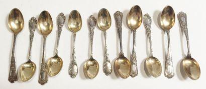 Douze petites cuillères à café en argent à décor de branchages fleuris  Poinçon...