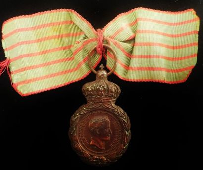 """Médaille de Sainte-Hélène en bronze au profil de Napoléon.  Marquée """"A ses compagnons..."""