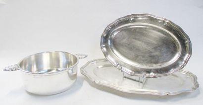 Lot en métal argenté, composé d'un plat à...