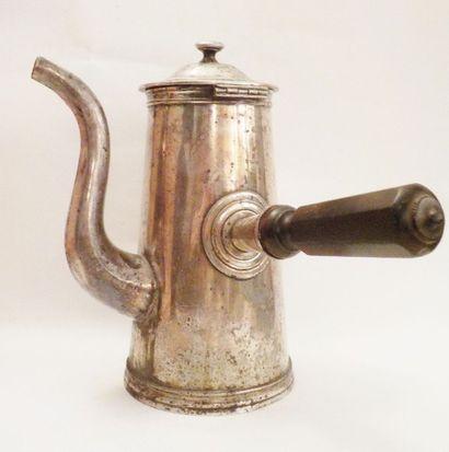 ERCUIS  Grande théière en métal argenté sur bâte, le manche en bois brun  porte...