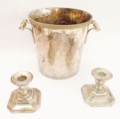 Un seau à champagne en métal argenté, la bordure à frise d'oves et les anses retenues...