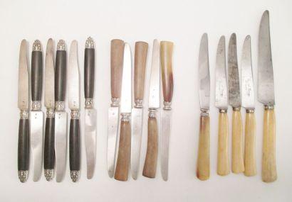 Onze couteaux à fruits, les lames en argent,...