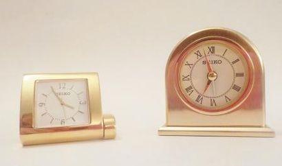 SEIKO Deux réveils en métal doré H: 6 cm...