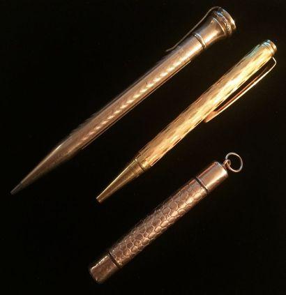 Ensemble de stylos en métal doré : un porte...