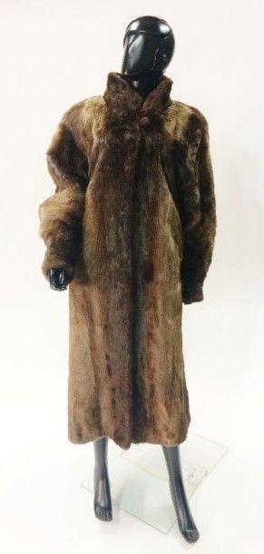 Long manteau de fourrure en peau de loutre...