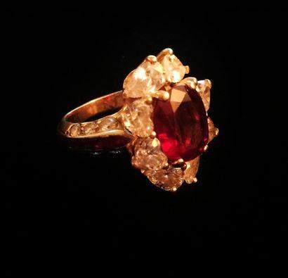 CHAUMET  Bague sertie d'un rubis de taille ovale traité et de diamants taillés en...