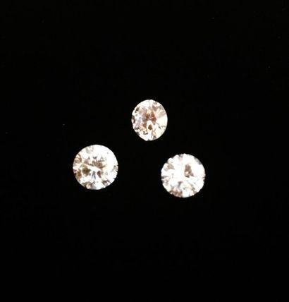Trois diamants ronds sur papier, respectivement de 0.78 carat, de 0.77 carat et...