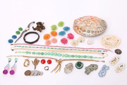 Lot de bijoux fantaisie comprenant des colliers de perles, des paires de boucles...