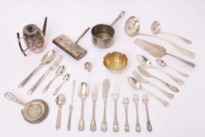 Lot en métal argenté comprenant :  - onze couverts et une fourchette, onze cuillères...