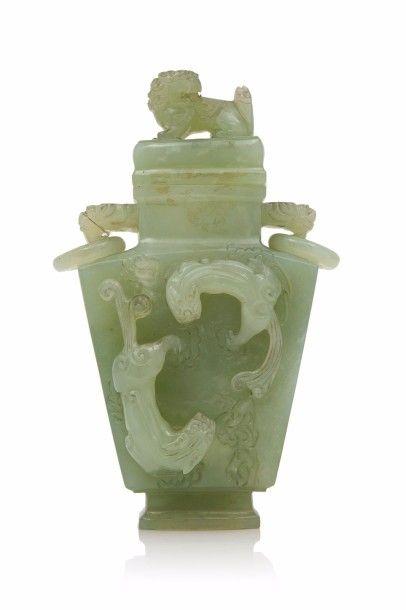 CHINE  Vase couvert en serpentine à décor...