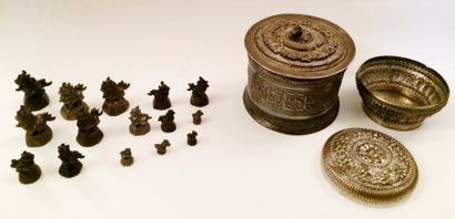CHINE  Lot de 15 poids en bronze ornés de...