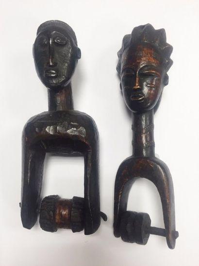 Deux Poulies Baoulé  Une en bois peint, l'autre...