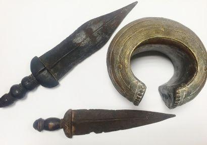 Chevillière Baoulé en métal patiné à décor...