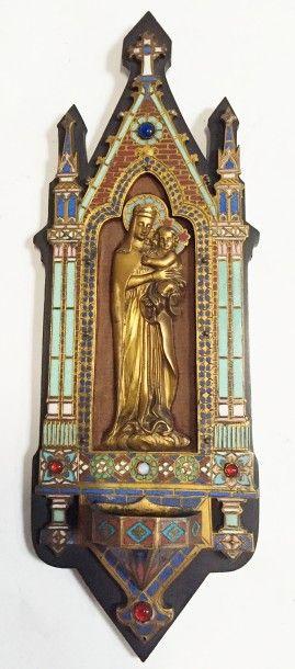 Bénitier de style gothique orné de la Vierge...