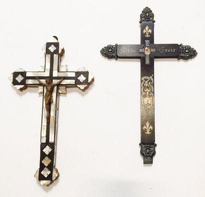 Lot de deux crucifix :  Un Christ en croix...