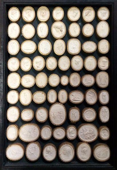 65 moulages en plâtre de camées ou cachets...