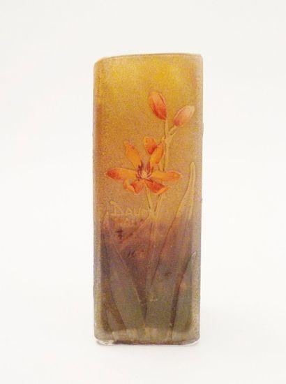 DAUM  Petit vase rectangulaire à décor de...