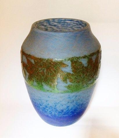Vase art nouveau en verre marmoréen bleu...