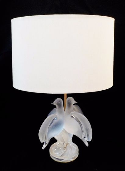 LALIQUE  Lampe en cristal aux deux colombes...