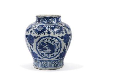 Chine, époque Wanli (1572-1620)  大明万历 青花开窗如意鱼纹缠枝罐...