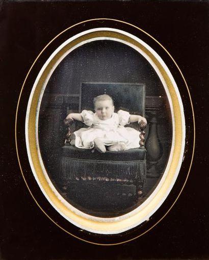 Auteur non-identifié Enfant assis dans un fauteuil, c. 1850  Daguerréotype finement...