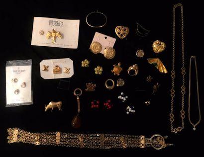 Fort lot de bijoux fantaisie et divers en métal doré comprenant :  divers pins et...
