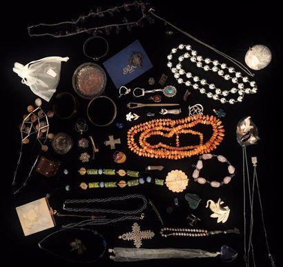 Un fort lot de bijoux fantaisie et divers comprenant :  divers sautoirs de pierres...