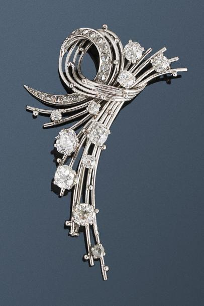 Broche en or gris 18k (750 millièmes) et platine (950 millièmes) sertie de diamants...