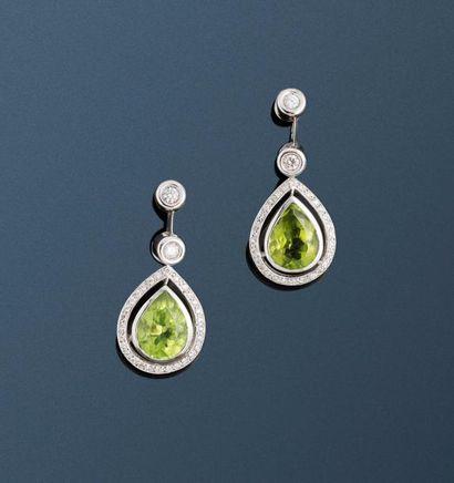 Une paire de pendants d'oreilles en or gris...