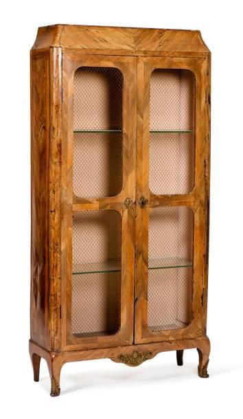 Bibliothèque marquetée de bois de violette en chevrons ouvrant à deux vantaux divisés...