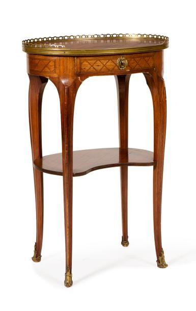 Table de salon ovale à décor de croisillons...